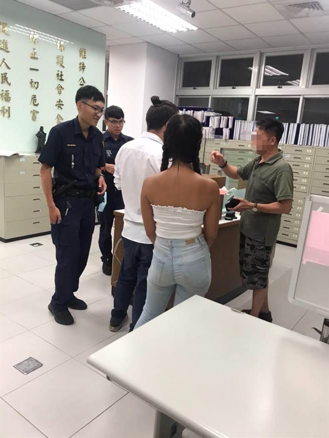 新北市永和警分局警員幫助外籍人士找回遺失的手機。(永和警分局提供)