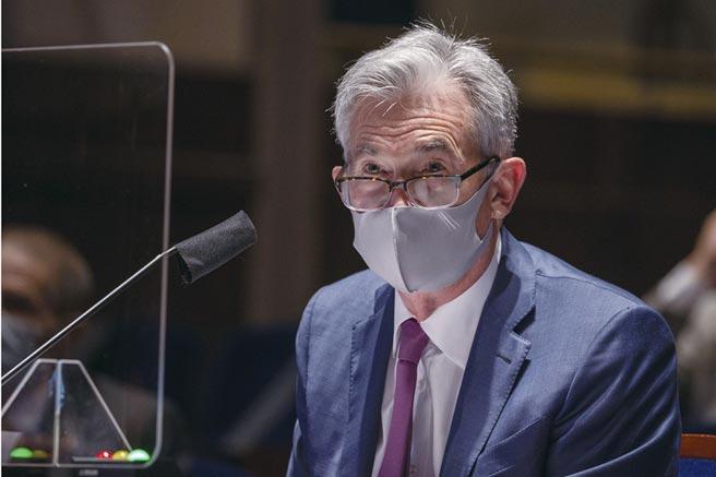 美國疫情升溫衝擊經濟復甦,Fed官員呼籲政府應採取更嚴格的社交距離措施、戴口罩與擴大檢測。圖為Fed主席鮑爾。圖/路透