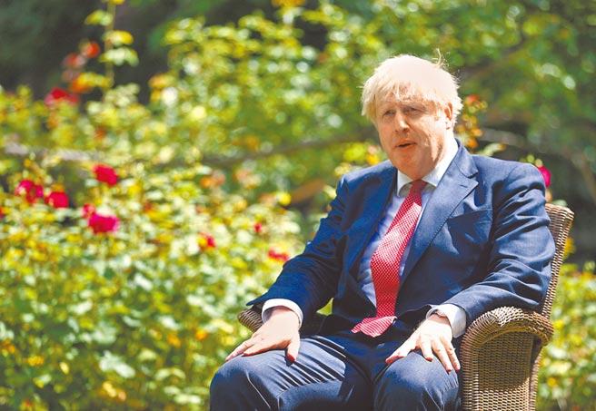 英國首相強森是美國總統川普最親密的國際盟友之一,但《星期日泰晤士報》26日引述英國政府消息人士透露,私底下強森政府「巴不得」川普在11月的美國大選中輸給拜登,還試圖與川普保持距離。(美聯社)