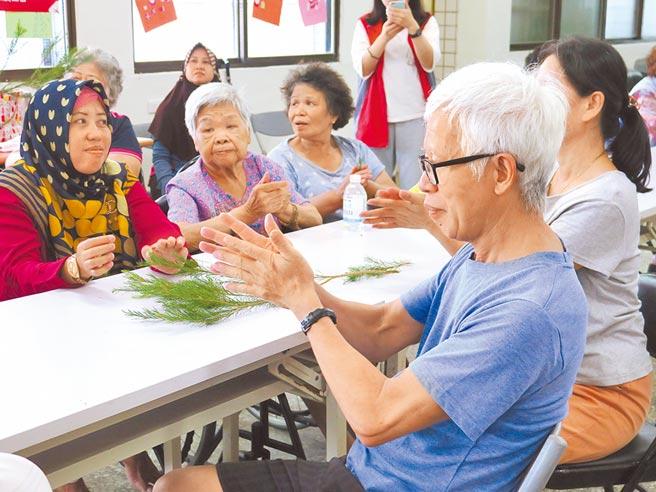 銀髮共餐點長者動手搓揉茶樹,製作乾洗手液,讓身體動一動。(金山區公所提供/許家寧新北傳真)