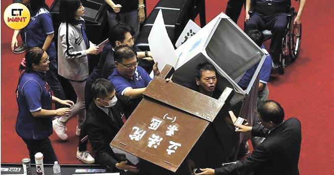藍委不滿只要不提名就可以讓考監「虛級化」,但民進黨卻堅持提好提滿,因此在監院人事同意權投票當天怒掀票櫃、丟水球雞蛋抗議。(張文玠攝)