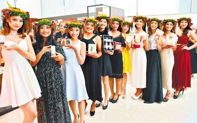 瑪家鄉紅藜親善公主選拔賽,佳麗們拿著紅藜產品,為地方產業行銷。(林和生攝)
