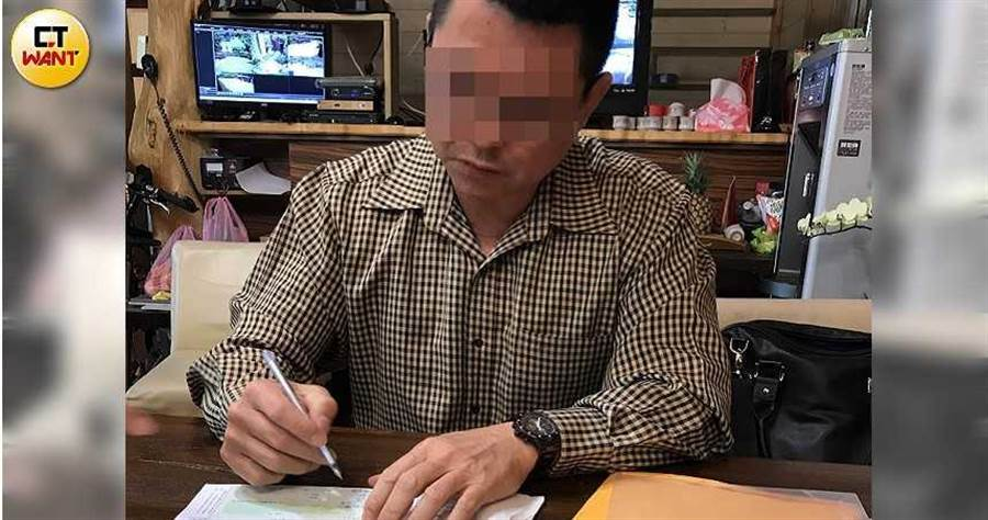 王年泰冠冕堂皇的拿著被害人的公司支票,自己填上金額、蓋上大小章,直接向錢莊變現。(圖/讀者提供)