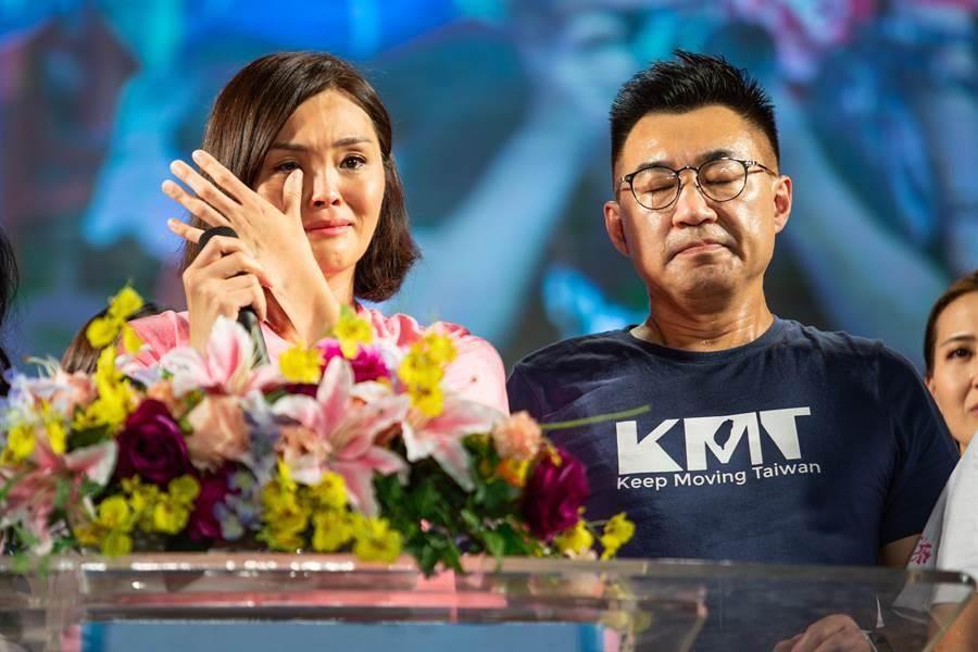 圖為國民黨高雄市長補選候選人李眉蓁(左)、黨主席江啟臣(右)。(資料照/袁庭堯攝)