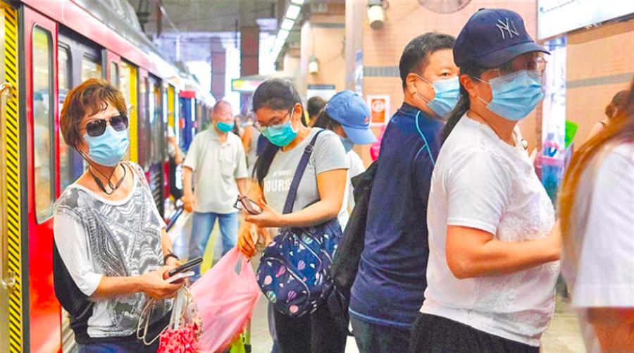 香港新冠疫情仍嚴峻,人們在地鐵車站戴口罩防護。(路透資料照)