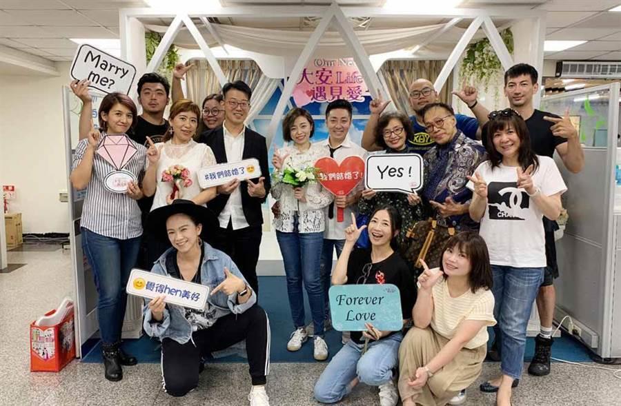 艾成與王瞳在親友見證下,於戶政事務所登記結婚。(翻攝自艾成的異想世界臉書)