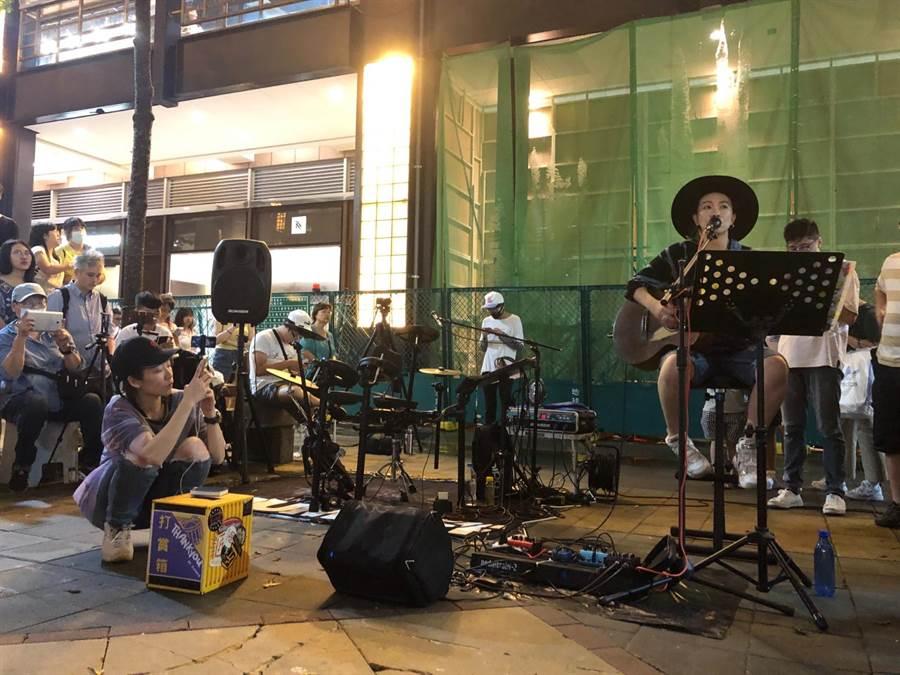 張芸京表演時,羅小白蹲在前面拿起手機在拍著張芸京。經紀人提供