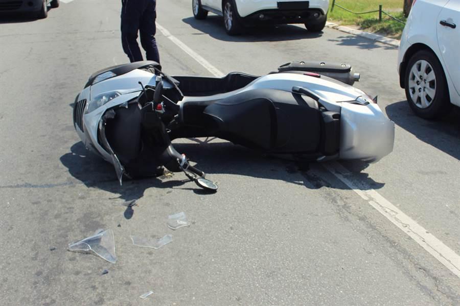 19歲騎士撞死闖紅燈老翁 家屬指責為何沒閃過?網轟:鬼邏輯!(示意圖/Shutterstock)