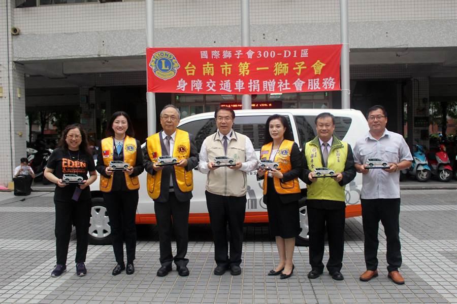 國際獅子會300-D1區台南市第一獅子會在市長黃偉哲的見證下,捐贈1輛價值70萬元的「身障服務交通車」給伊甸基金會。(洪榮志攝)
