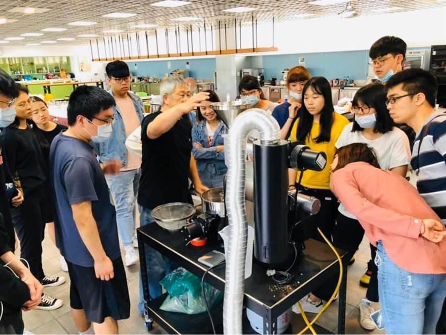 宏國德霖科技大學餐旅系學生進行咖啡飲料調飲教學。(宏國德霖科技大學提供/李侑珊傳真)