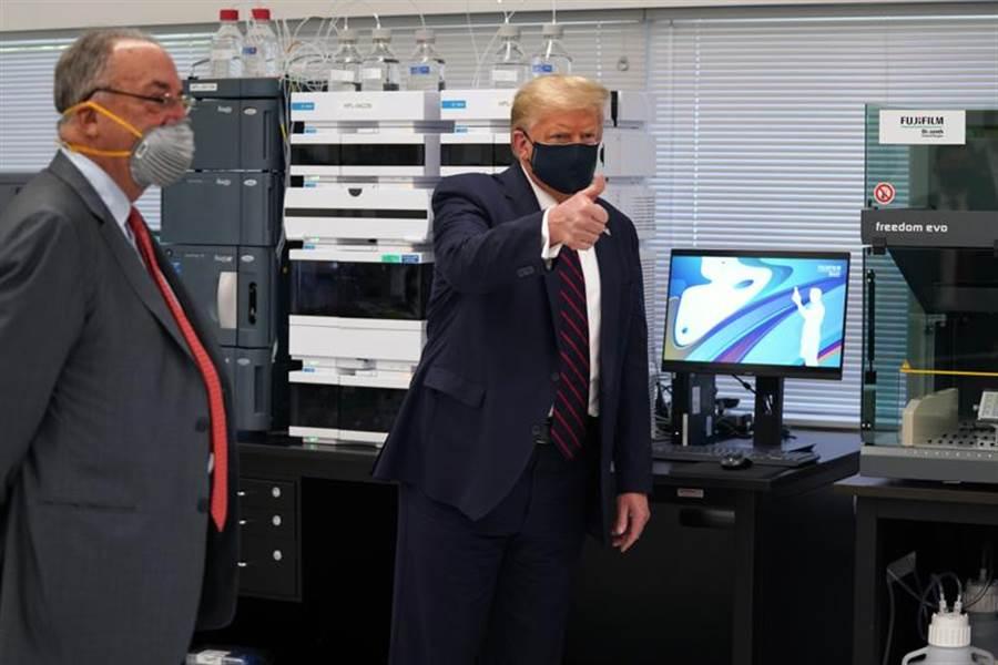 美國總統川普27日參觀位於北卡羅萊納州的富士膠片戴奧辛思(Fujifilm Diosynth)的創新中心。(美聯社)