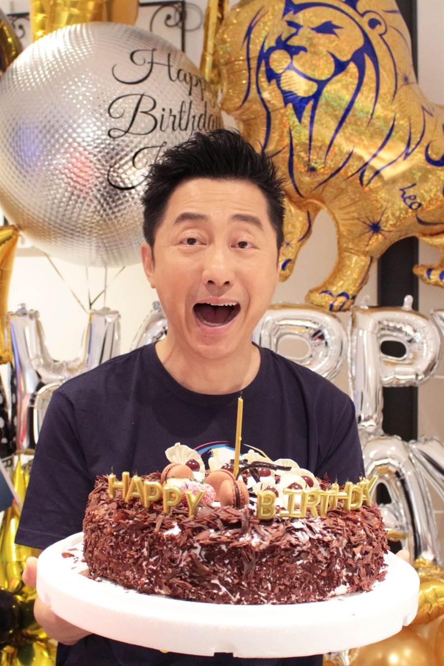 哈林今生日,福茂唱片送上「金箍棒」蛋糕。(福茂唱片提供)