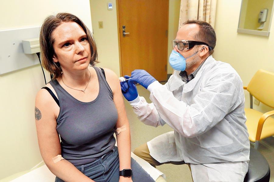 美國生技公司莫德納在27日展開新冠疫苗第三階段試驗,預計有3萬名志願者接種,是全球迄今規模最大的試驗計畫。圖為今年3月疫苗進行初步實驗時,美國志願者接受注射的檔案照。(美聯社)