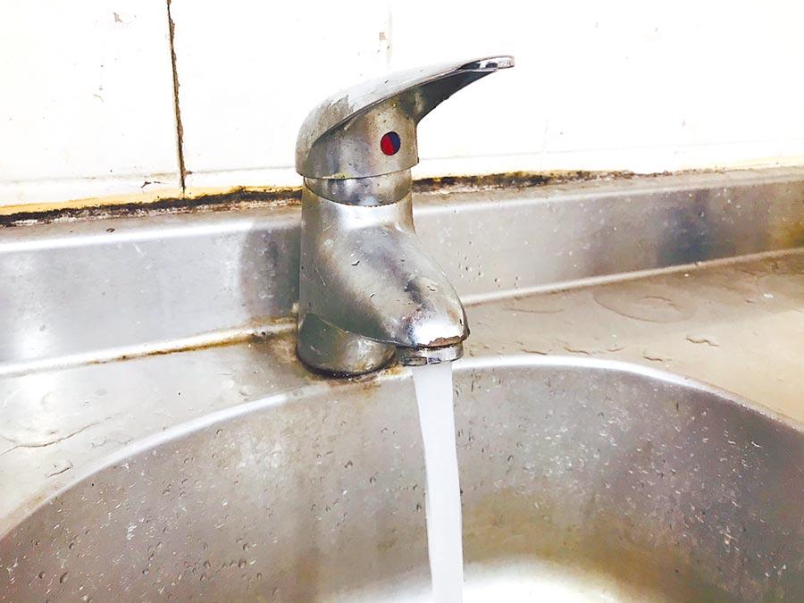 基隆市及新北市瑞芳區將有2萬6306住戶,因汰換管線而停水,台水請民眾盡早儲水。(張穎齊攝)