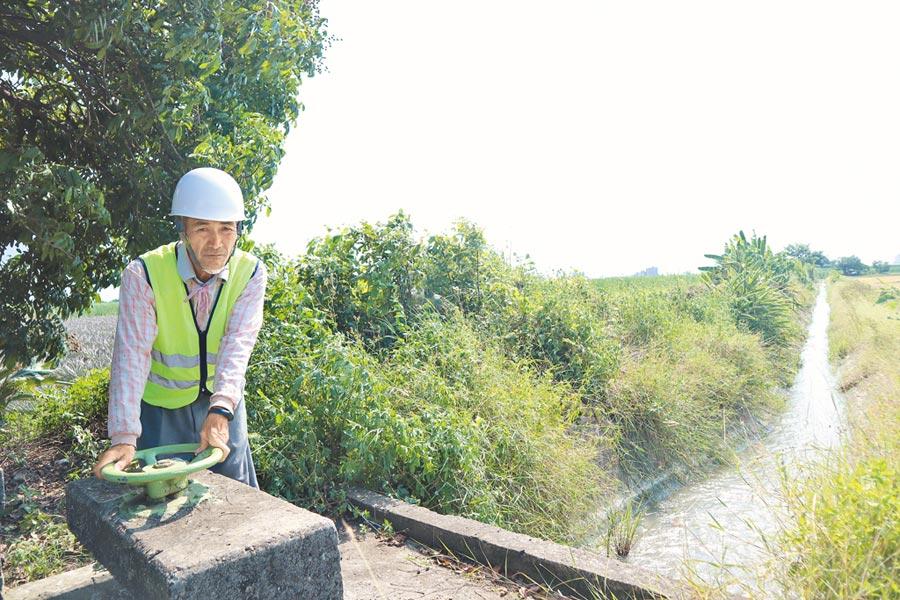 擔任掌水工逾25年的陳坤旺說,農田水利會未來改制後,要盡速修繕地方水路渠道,與農民真正接軌。(李宜杰攝)