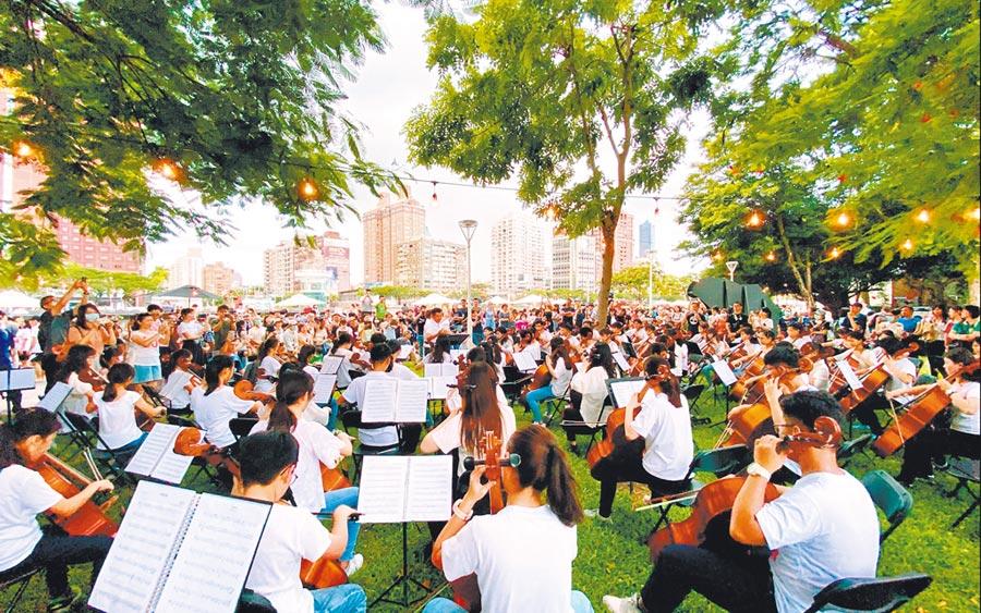高雄真水2020夏季系列活動「孩子們的夏天」近日在完美落幕,現場找來大、小提琴演奏。(高市觀光局提供/柯宗緯高雄傳真)