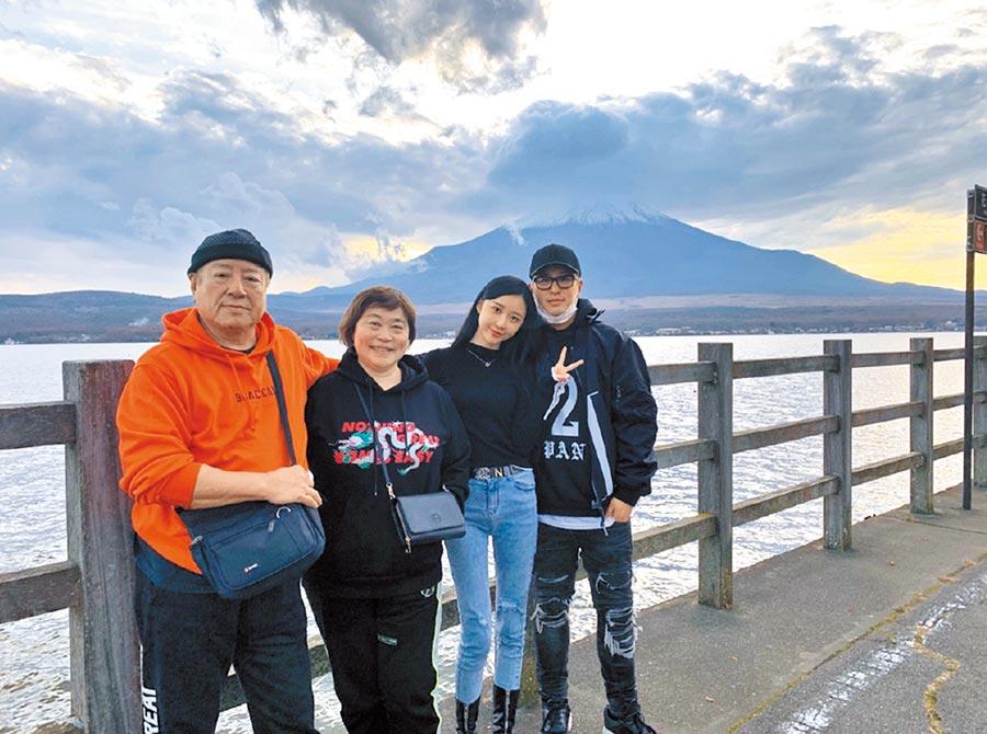 潘瑋柏(右起)和老婆Luna、潘媽及潘爸開心合照。   (摘自微博)