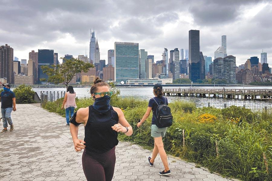 美國疫情嚴峻,美元受冷落。圖為24日民眾在紐約皇后區河濱跑步。(中新社)