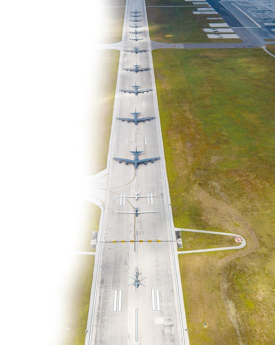 4月13日,美軍在關島安德森空軍基地,進行「大象漫步」戰力展示。(取自美國空軍官網)