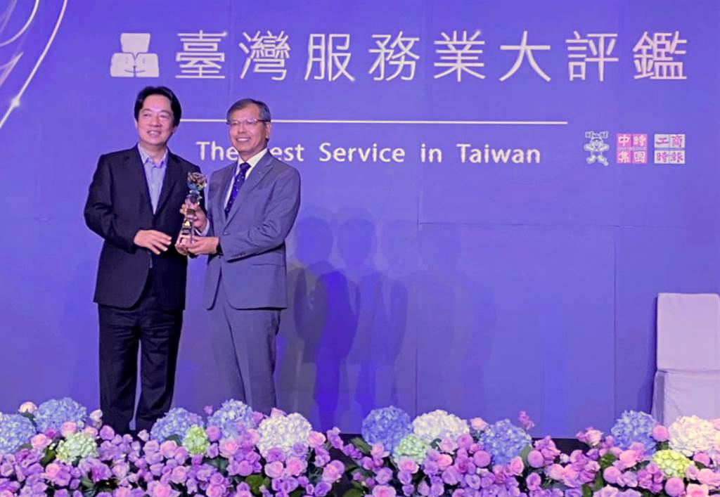 和泰汽車LEXUS榮獲「2020臺灣服務業大評鑑」金獎榮耀,由賴清德副總統頒發予和泰汽車LEXUS本部賴光雄協理