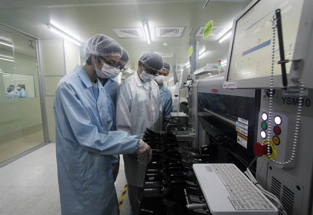 龍華科大3D數位電路板暨智慧製造類產線工廠,提供青年PCB產線實作場域。(龍華科大提供/李侑珊台北傳真)