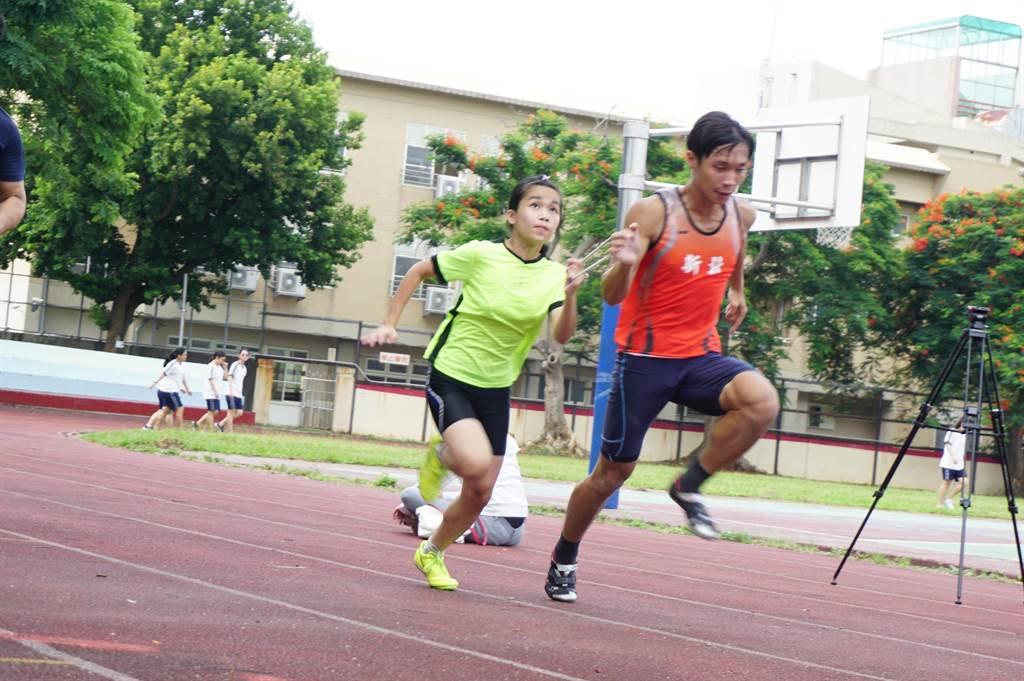 雙眼全盲的吳宜容(左)參加108學年度全國中等學校身心障礙者會長盃田徑錦標賽,以14秒50成績奪下國中女子組B2級100公尺冠軍。(王文吉攝)