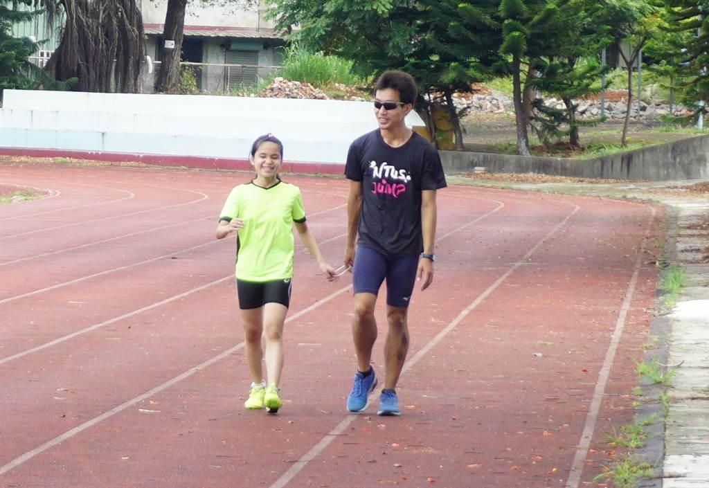 全盲運動員吳宜容家境堪憐,接觸跑步運動2年多,讓她重拾快樂與信心。(王文吉攝)