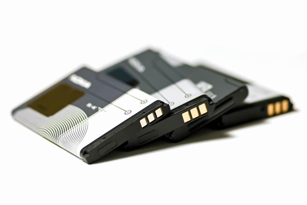 鋰電池在現代人生活中不可或缺,各種電子產品到電動汽車都需要它。但鋰價格昂貴,而且不穩定,稍有不慎就發生自燃意外事故。(圖/Shutterstock)