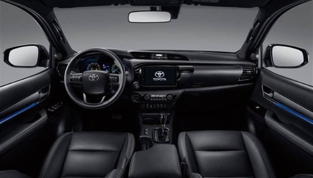 全新HILUX車內則採用消光類金屬髮絲紋,與燻黑鍍鉻飾板材質,搭配冷光氣氛燈,內裝質感與科技感驟升。
