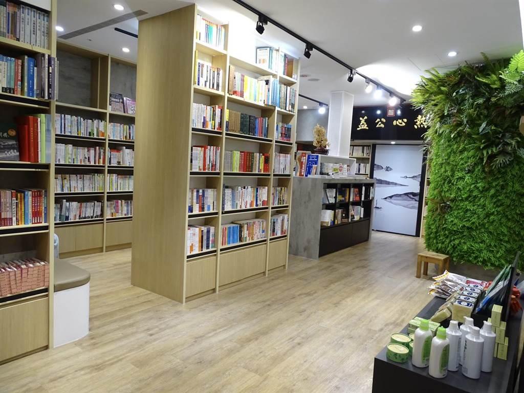 瑞成書店耗資數千萬改裝,書店的主題以「天地人」的概念來做串接設計,強調人與天地萬物和諧共生。(馮惠宜攝)