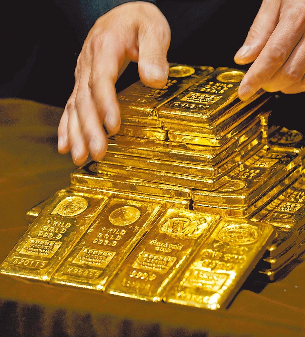 陸美關係交惡、加上疫情升溫疑慮,在避險資金挹注下,國際黃金價格「驚驚漲」,黃金12月期貨飆至每盎司2000美元,創下歷史紀錄。(美聯社)