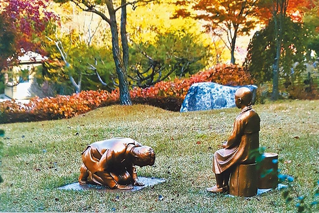 南韓東北部江原道平昌的「韓國自生植物園」在園內設置了象徵慰安婦的少女像,放置了影射日本首相安倍晉三的男性銅像,低頭且雙膝跪地的跪在少女像前,作品的標題寫著「永遠的贖罪」。 (美聯社)