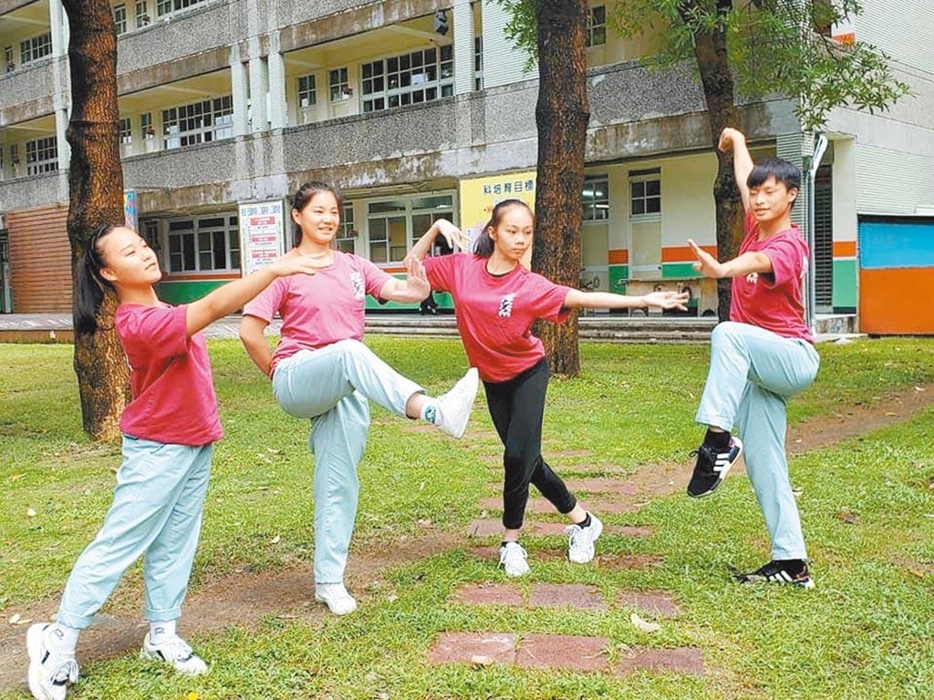 放棄一流公立高中,選擇中華藝校舞蹈科多元學習的張耀陽(右起)、洪阡榕、黃佳穎與林鈺庭。(袁庭堯攝)