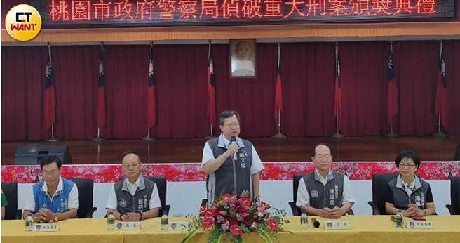 桃园警方破了22年前悬案,市长郑文灿亲赴平镇分局慰勉辛劳的专案小组人员。(图/警方提供)