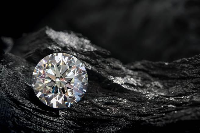 一夜致富不是夢!花80元租地,竟然挖到價值200萬「10克拉鑽石」。示意圖。(圖片來源/達志影像shutterstock提供)