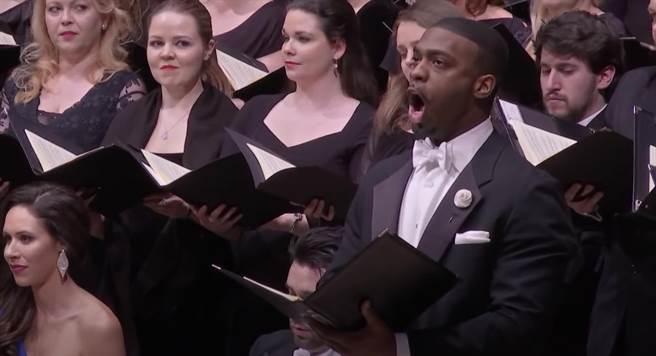 活躍於大都會歌劇院、維也納黃金廳的男低音所羅門.霍華(右),9月將再度來台招牌曲目貝多芬第九號交響曲《合唱》。(牛耳藝術提供)