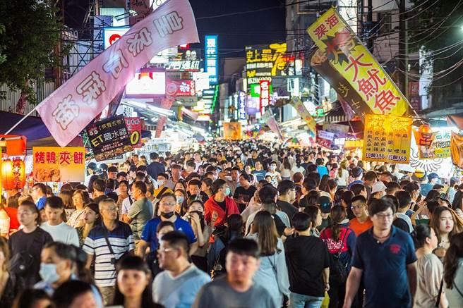 嘉義市文化路夜市遊客如織。(嘉義市政府提供)