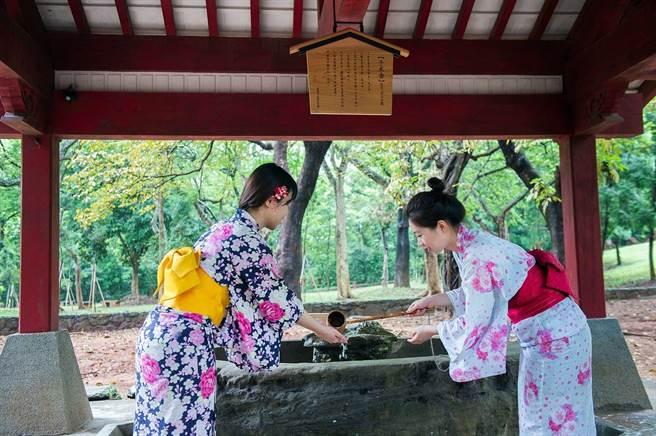 旅客到嘉義市史蹟資料館體驗日式風情。(嘉義市政府提供)