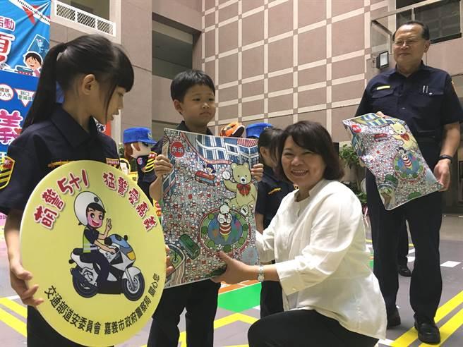 嘉义市长黄敏惠颁发萌警小徽章、小礼物给小小萌警。(廖素慧摄)
