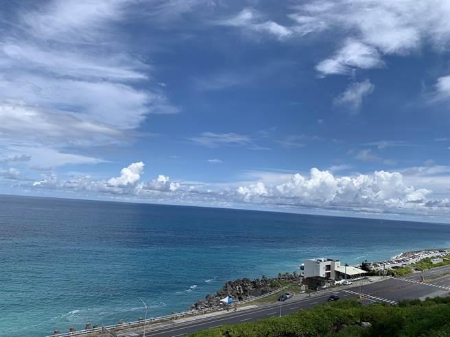 東海岸沿線廣闊無際,無限海景吸引許多遊客目光。(羅亦晽攝)