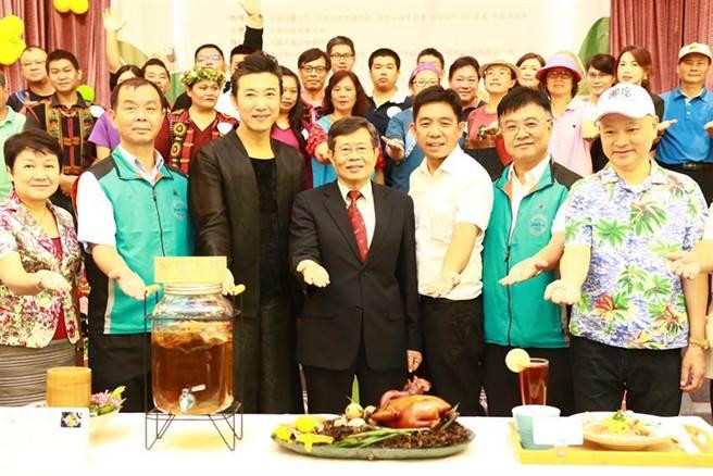 (高雄市代理市場楊明州(第一排左四)、高雄市觀光協會理事長劉坤福(右一)出席活動。圖/業者提供)
