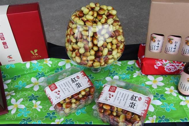 公館鄉為全國唯一紅棗專業栽植區,正值紅棗產季,公館鄉農會推出優惠組合,吸引全台遊客採購。(何冠嫻攝)
