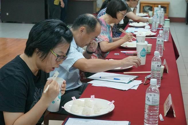 烏日農會29日舉行「109年度烏日區稻米品質競賽」,評審一一品嘗參賽米飯,就食味官能評分。( 黃國峰攝)