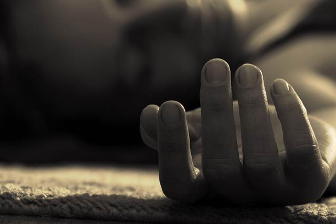 1名失業先生長期沉迷桌上遊戲,導致欠下巨額債務,妻子得知後破口大罵,先生竟然將她殺害後分屍,還把雙腿屍塊丟入大海裡。(示意圖/達志影像/Shutterstock提供)