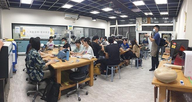 國際技能競賽銀牌國手李昊哲老師(右)指導學生學習模型製作。圖/北科大提供