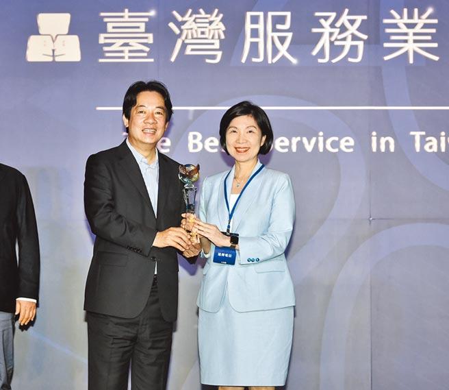 2020台湾服务业大评鑑颁奖典礼28日举行,出席贵宾副总统赖清德(左)颁奖,远传总经理井琪代表领奖。图/顏谦隆