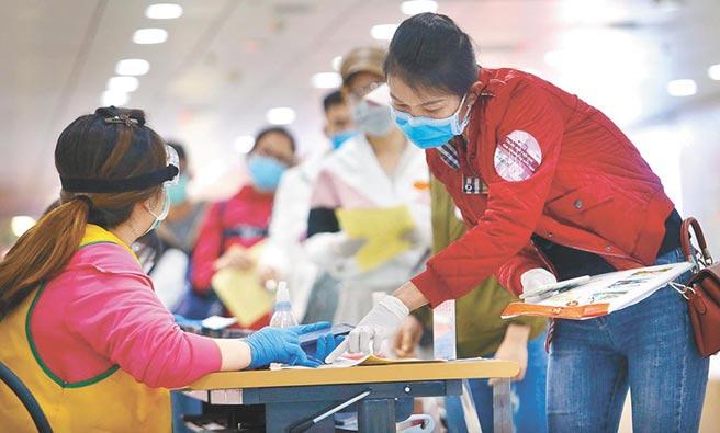 泰國官方宣布1名從台灣返回泰國的30多歲男性泰籍移工確診新冠肺炎。圖為1名剛下機的移工,正在排隊查驗健康聲明書。(資料照)