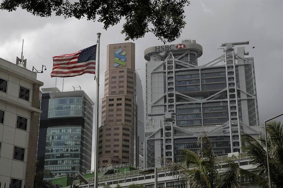 香港政府高級官員們發現,他們要在香港外國金融機構辦理業務越來越困難,許多官員被美歐銀行進行審查,甚至要求關閉帳戶。圖為香港HSBC銀行與渣打銀行。(圖/美聯社)