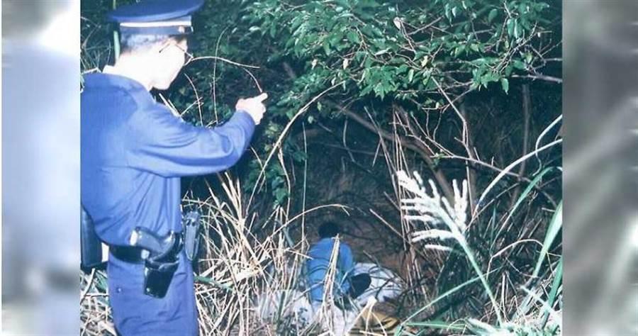 林女在桃園平鎮路邊遭焚屍,警方到場時放火兇嫌已一鬨而散。(圖/報系資料照)