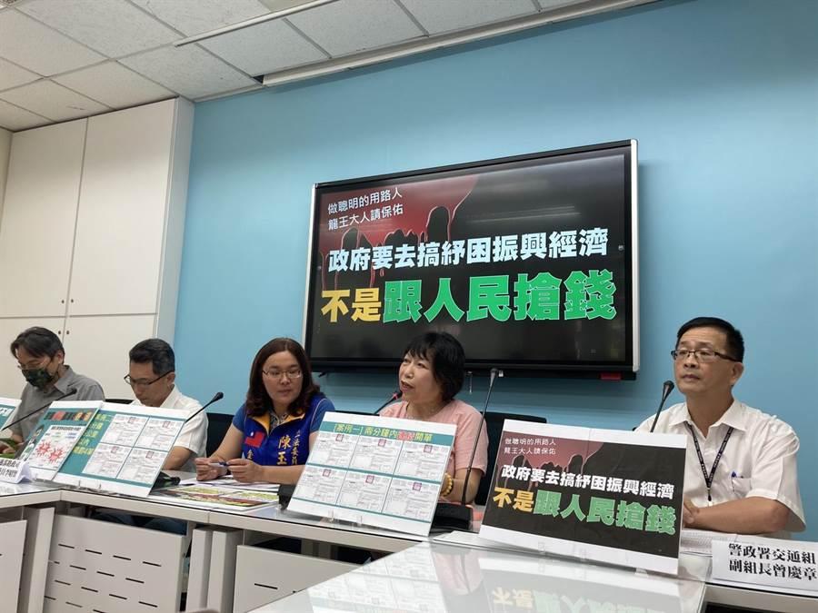 國民黨立委葉毓蘭(右二)提醒政府不應濫開罰單跟人民搶錢(實習記者陳雲岫攝)